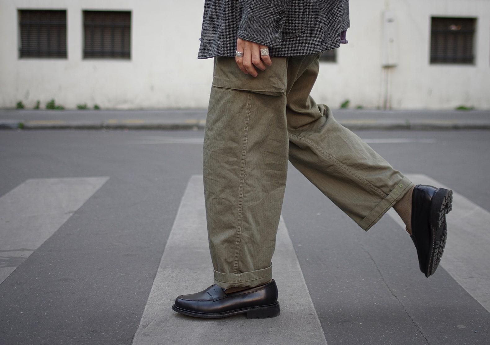 pantalon militaire vert olive hbt à poche arashi denim avec une paire de mocassin noir max sauveur