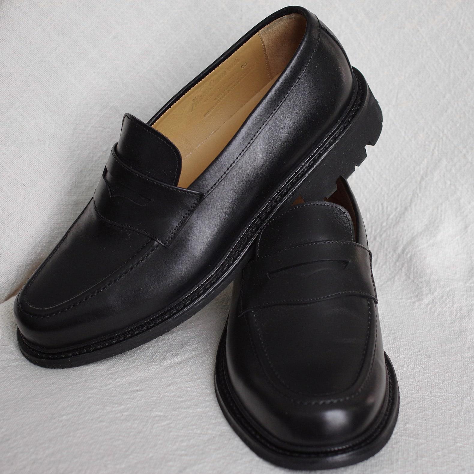 paire de mocassins de couleur noire avec une semelle commando