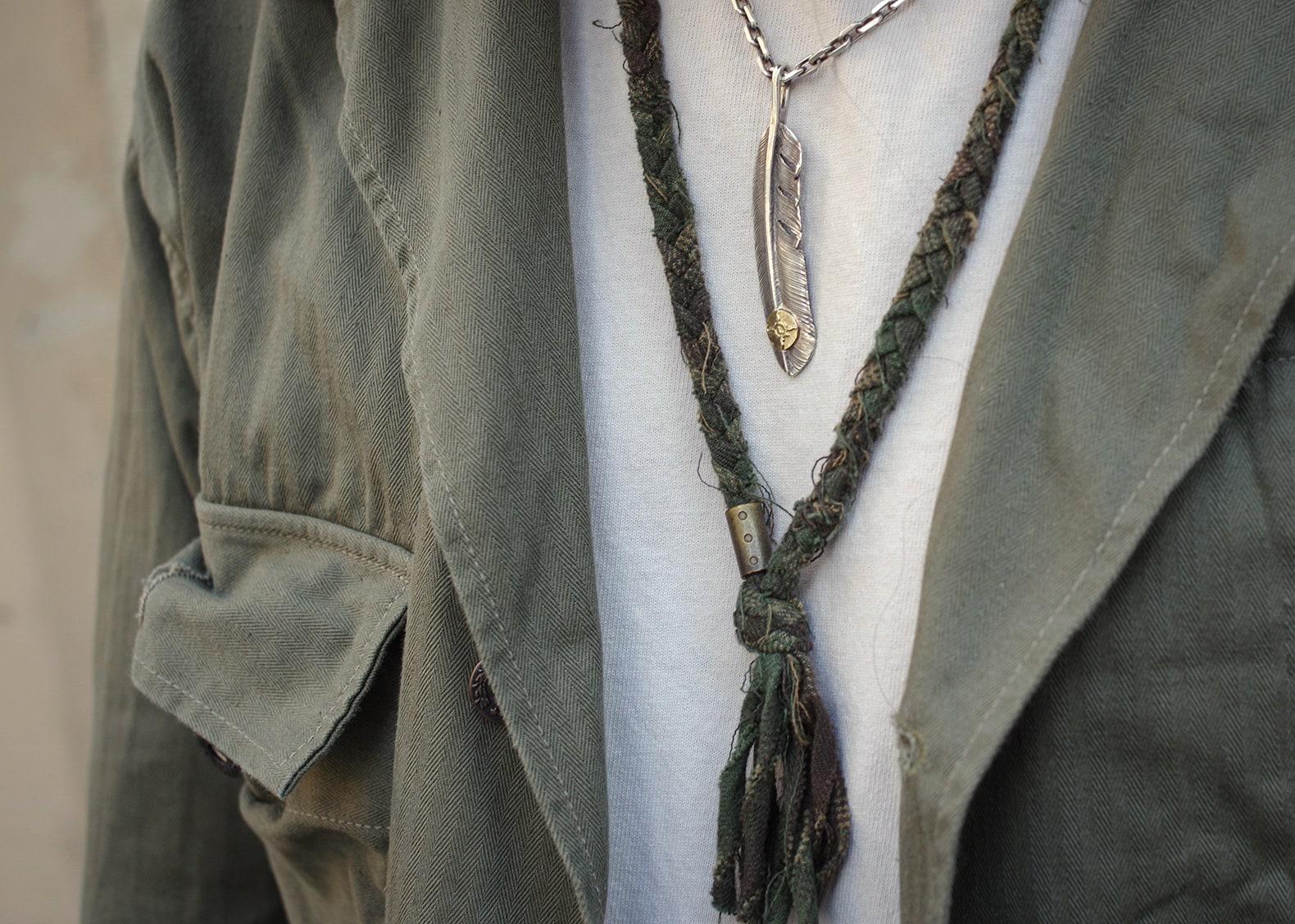 collier en tissu upcyclyng vert olive Borali et plume en argent first arrows