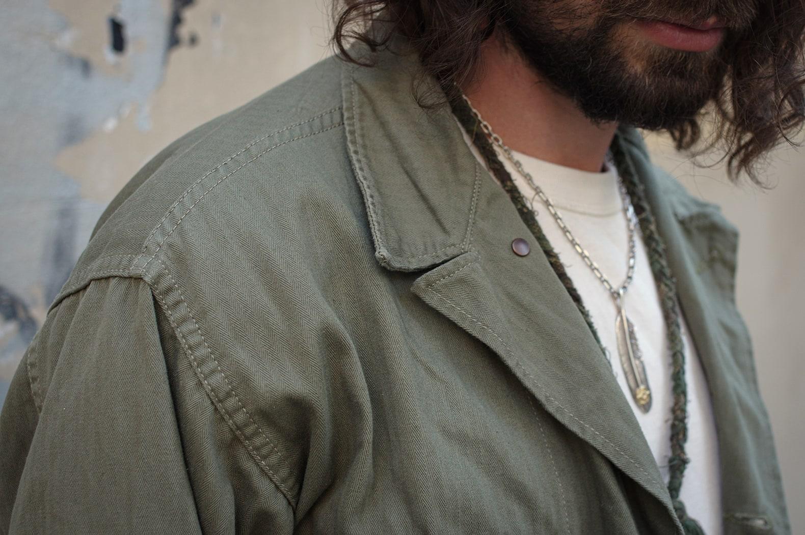 chemise militaire homme mode avec colleir en argent et plume en or