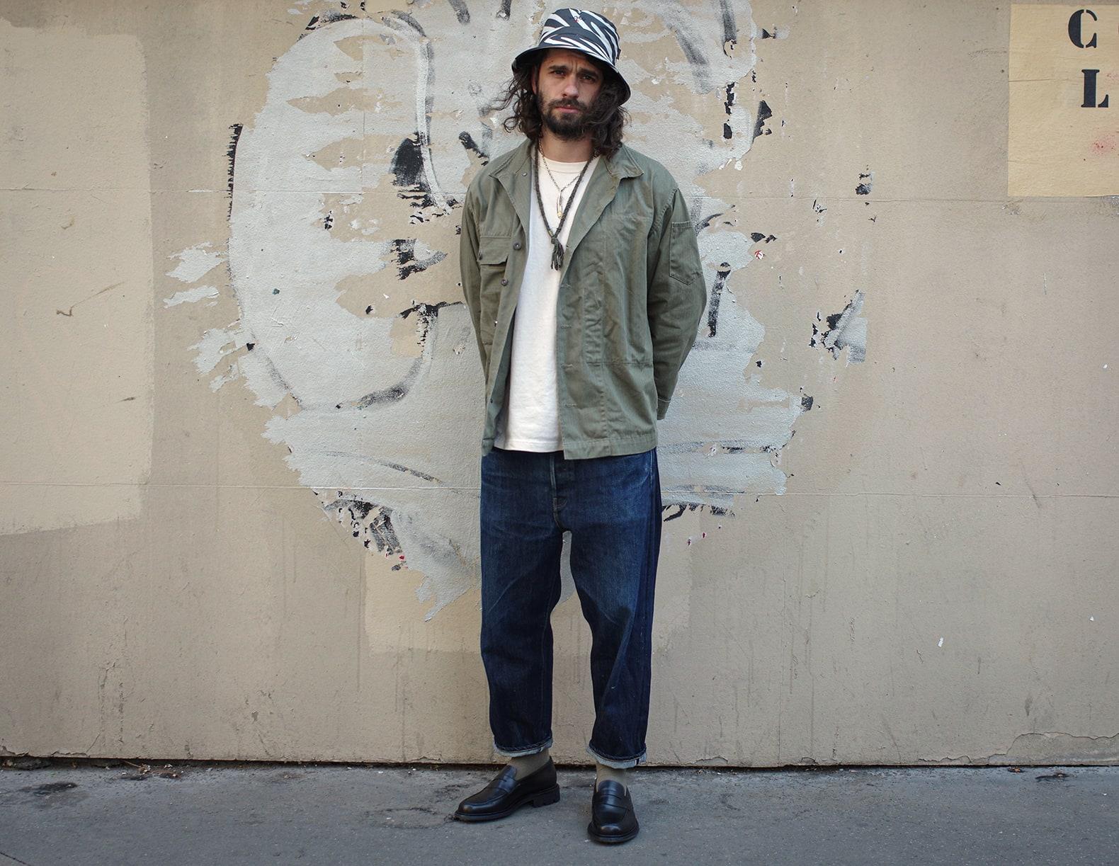 tenue street heritage avec un homme qui porte un bo zébré et un jean large en mocassin