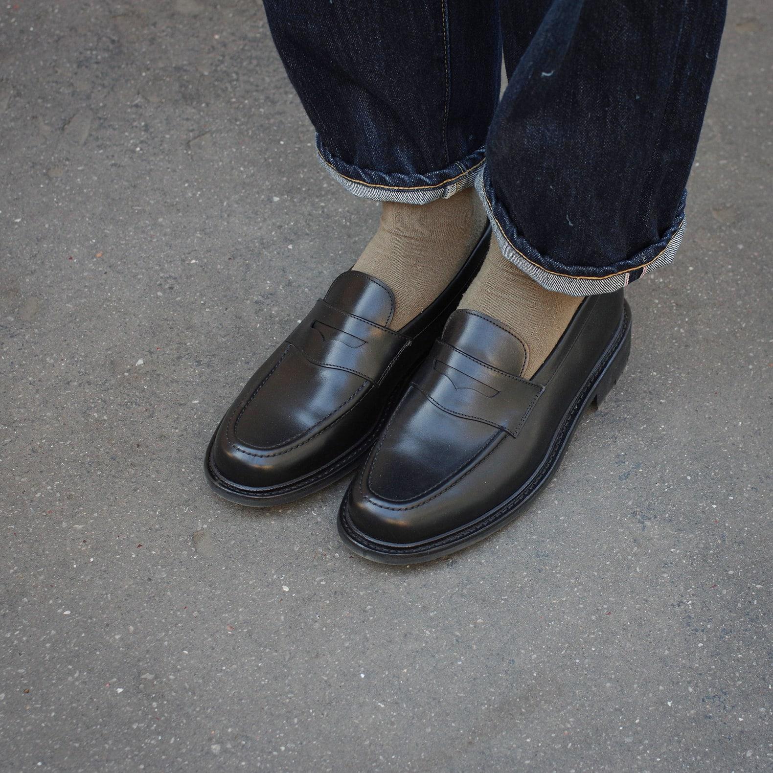 paire de mocassin style penny loafers en cuir noir de la marque max sauveur