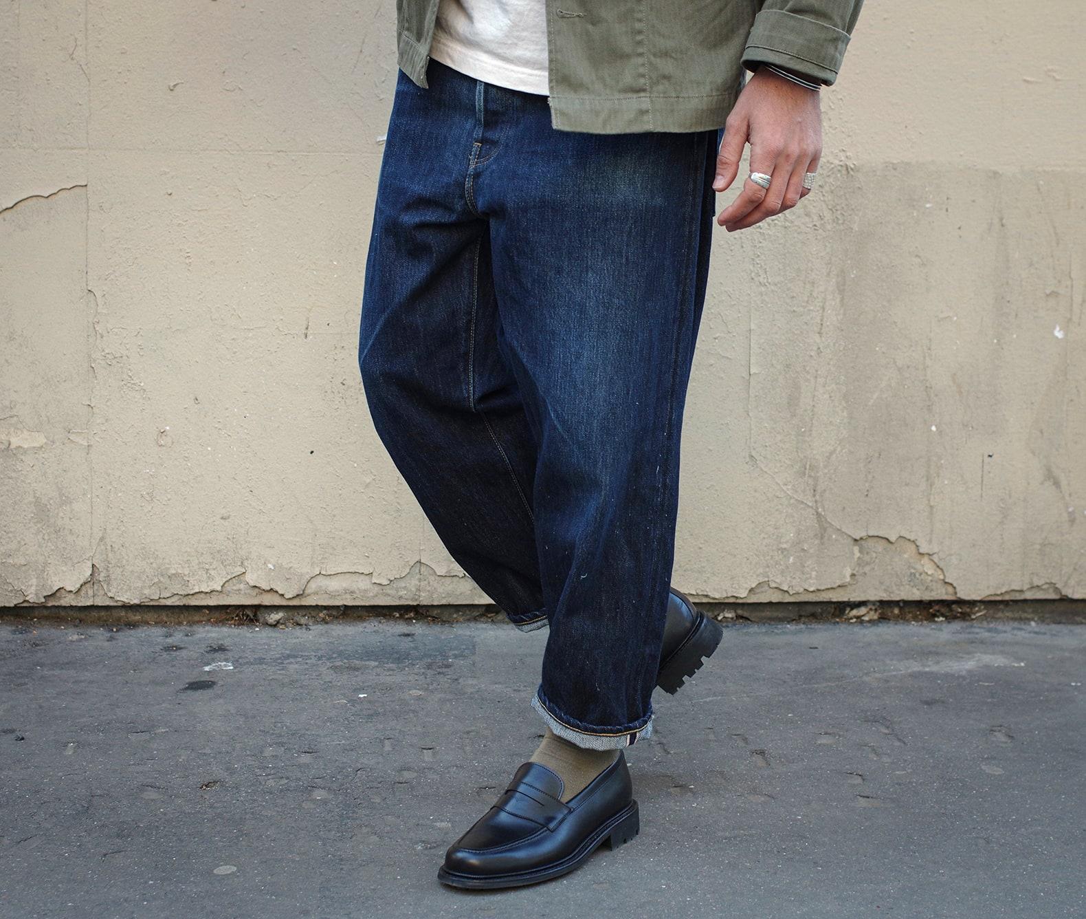 un jean pour homme ample avec une teinture indigo et une paire de mocassins noires de la marque max sauveur
