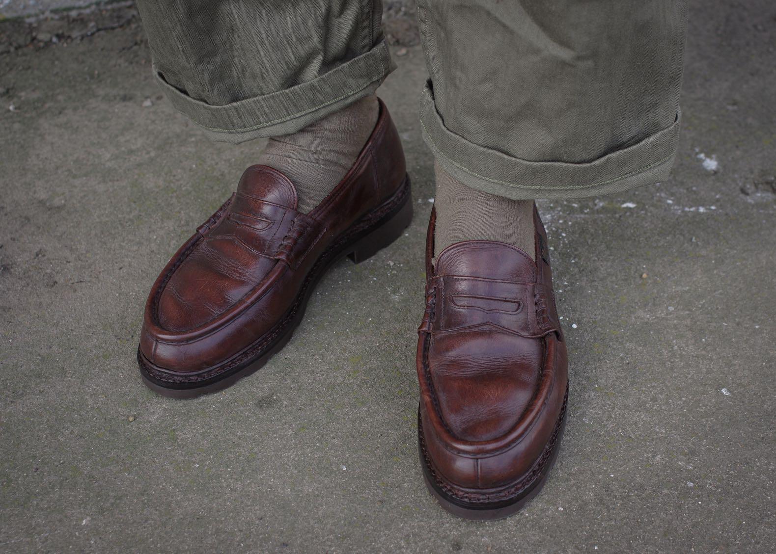 paire de paraboot modèle reims vintage en cuir marron porté avec chaussures et pantalon vert militaire