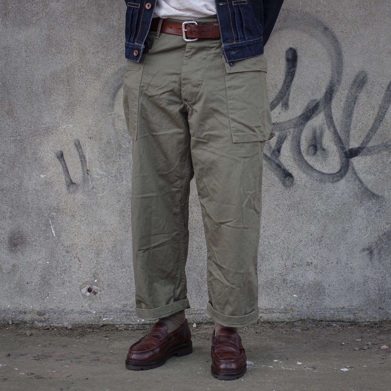 pantalon large militaire à poches cargo pour homme et des chaussures marrons paraboot modèle reims