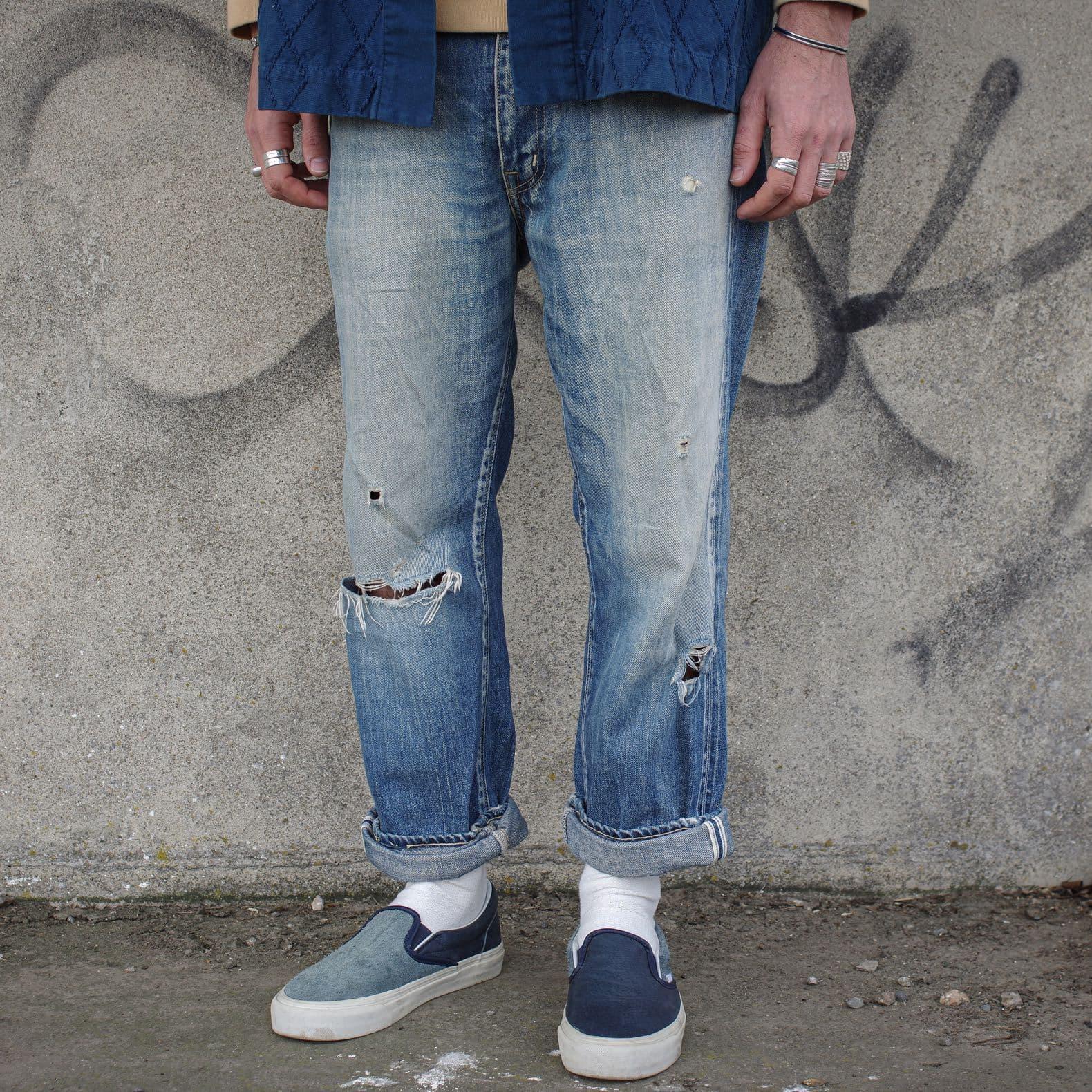 un jean coupe droite bien délavé avec des vans slip-on