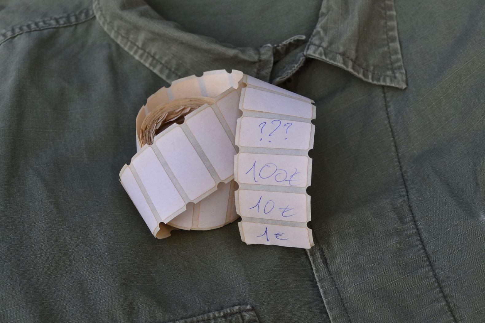 rouleau ancien d'étiqeutte de prix sur une veste en ripstop