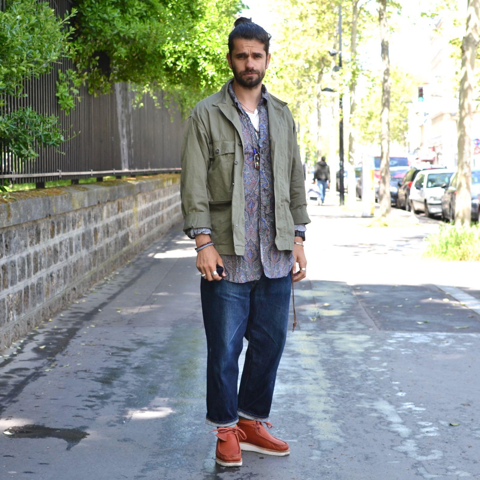 tenue d'un homme en style militaire workwear avec un jean brut large et des clarks wallabee hike boots