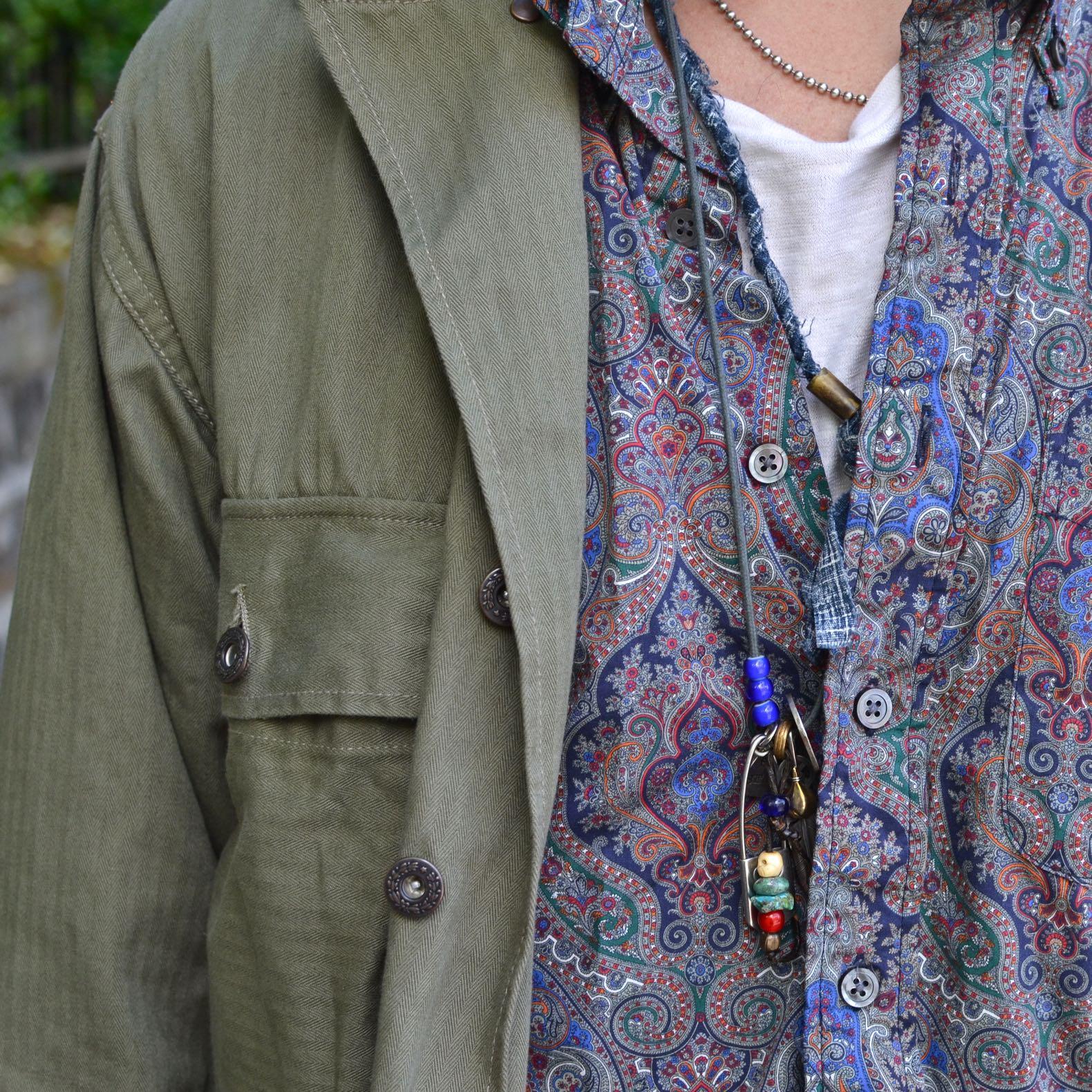 chemise militaire Arashi denim portée aevc une chemise à motif paisley Engineered garments avec un collier homme bijoux argent street heritage shop
