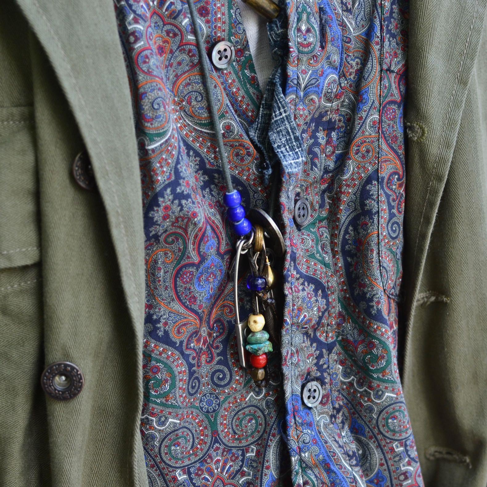 joli imrpimé paisley d'une chemise engineered garments et un collier believe in miracle avec une plume taddy & king du street heritage shop