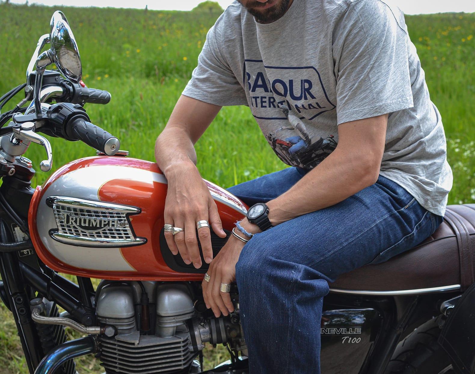 photo sur une triumph 900 Bonneville t100 en tee Barbour