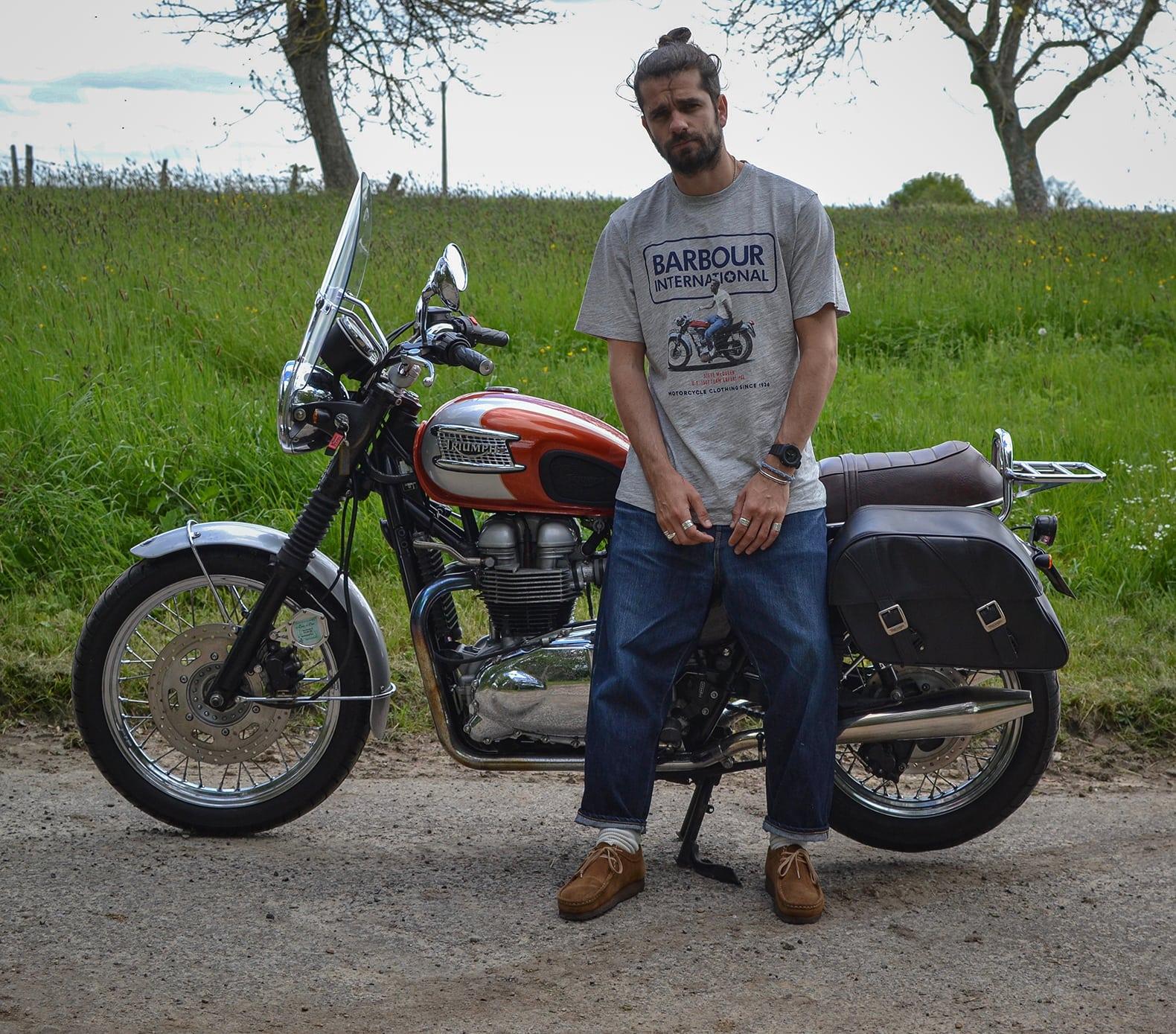 Boras en style loose-fit sur une moto triumph 900 bonneville T100