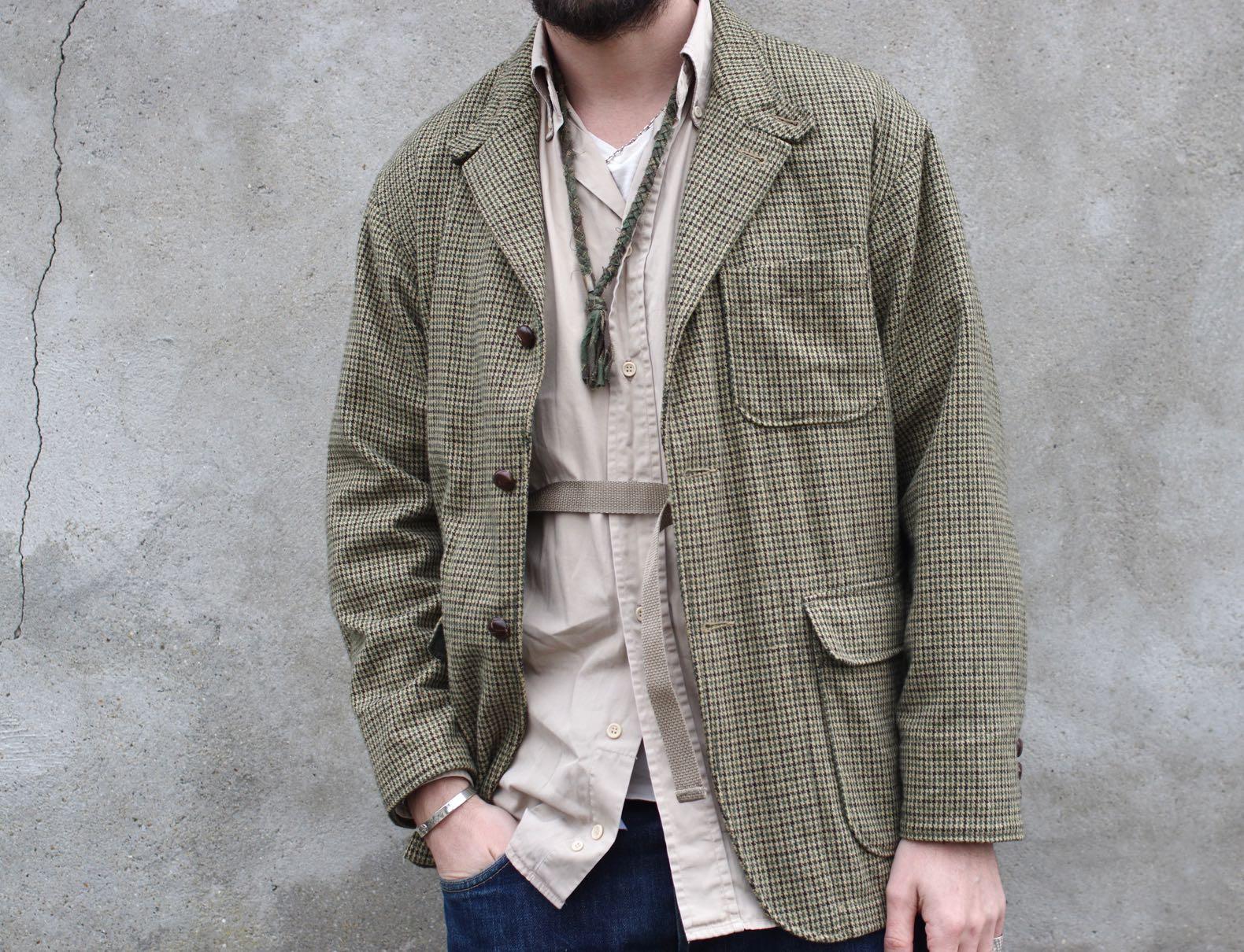 veste à motif pied de poule Loiter jacket et uen chemise beige bien ample t un collier Borali