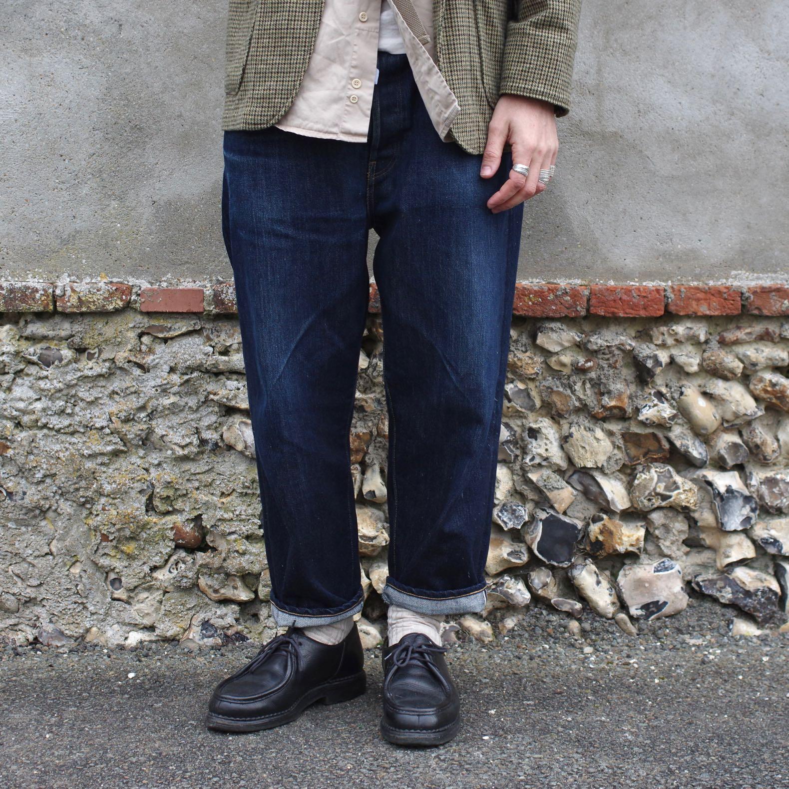 jean coupe tapered en toile de dneim brut de la marque hatski