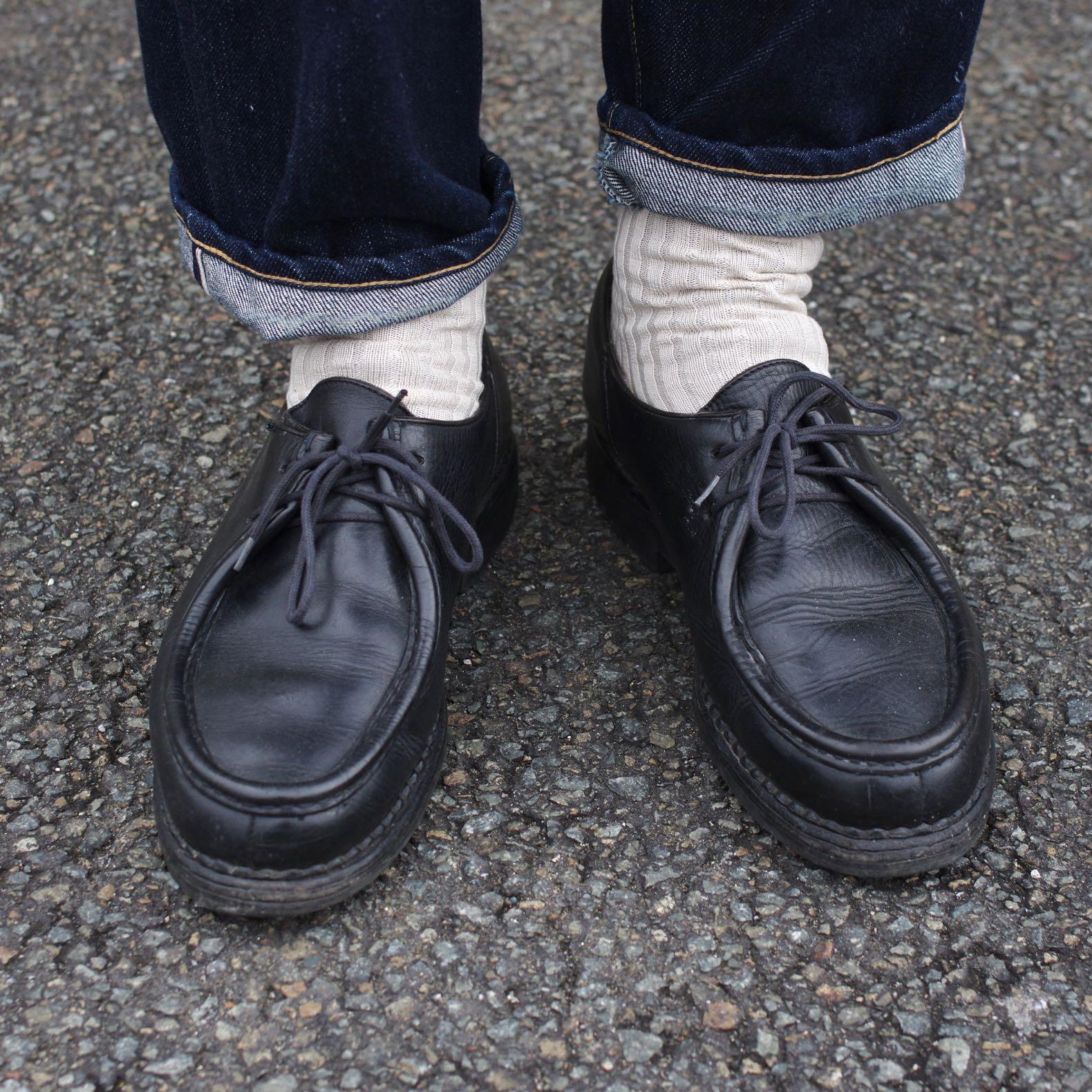 paire de paraboot michael noire avec des chaussettes monoprix beige