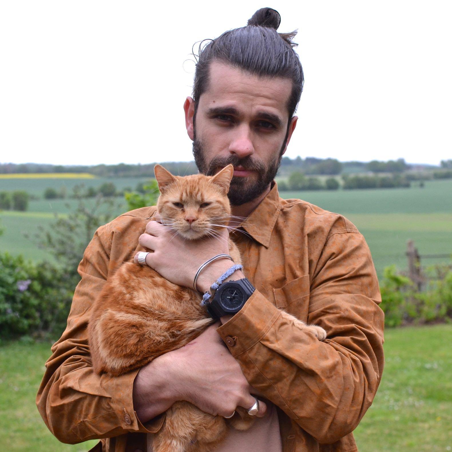 tenue chemise camo de la couleur d'un chat roux