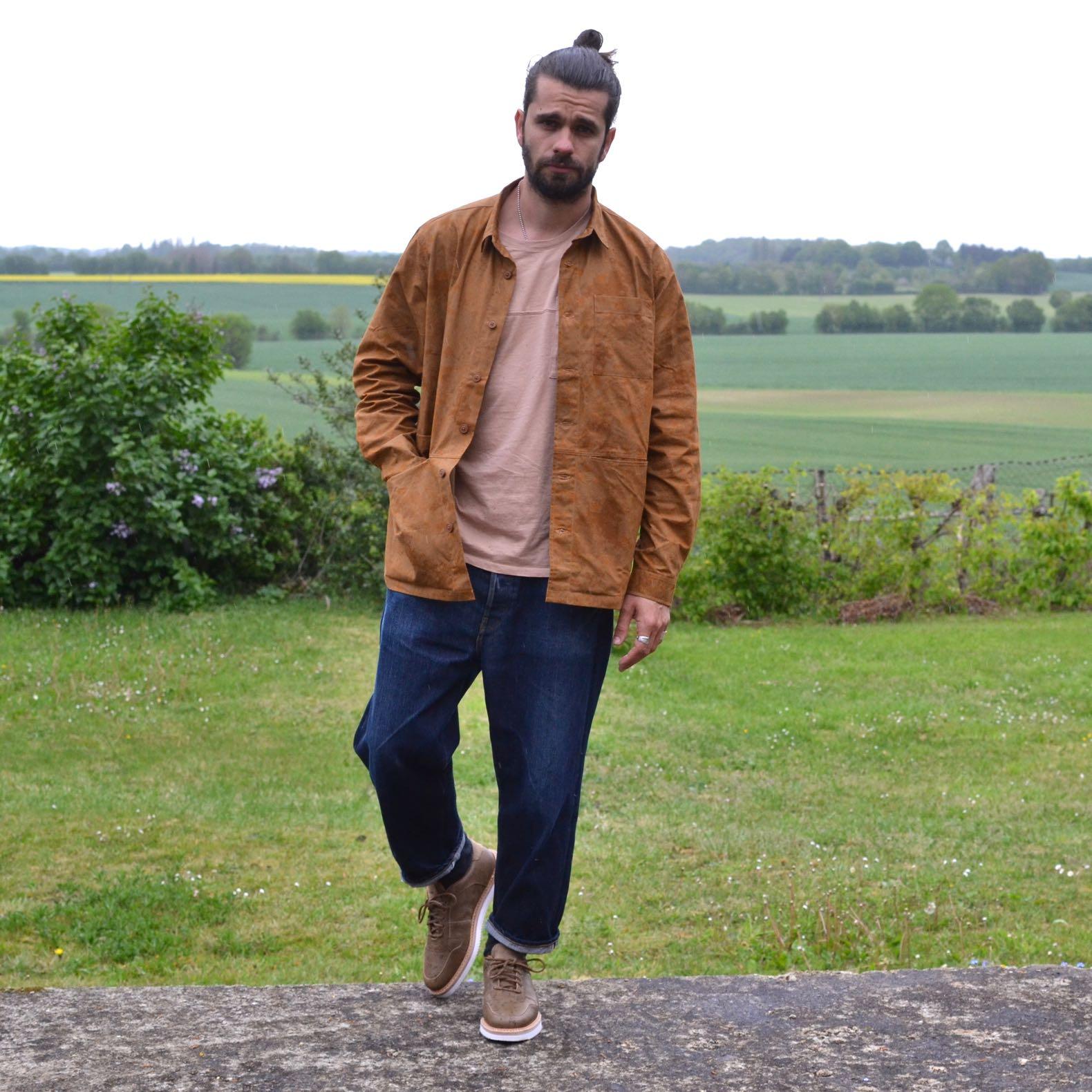 tenue avec une surchemise camo de la marque Kestin et un jean large