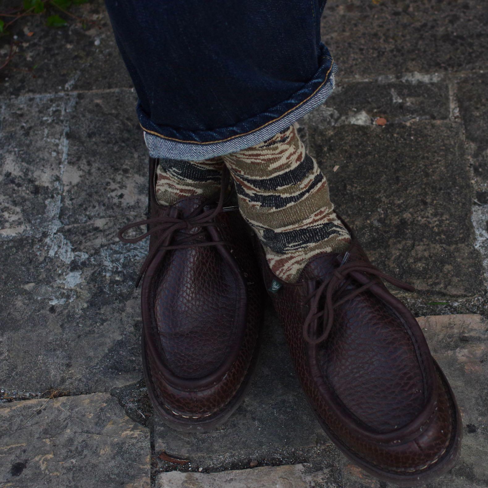 une paire de chaussette de la marque japonaise Anonymous ism avec un imprimé camo tiger stripe et de belles paraboot michael bison