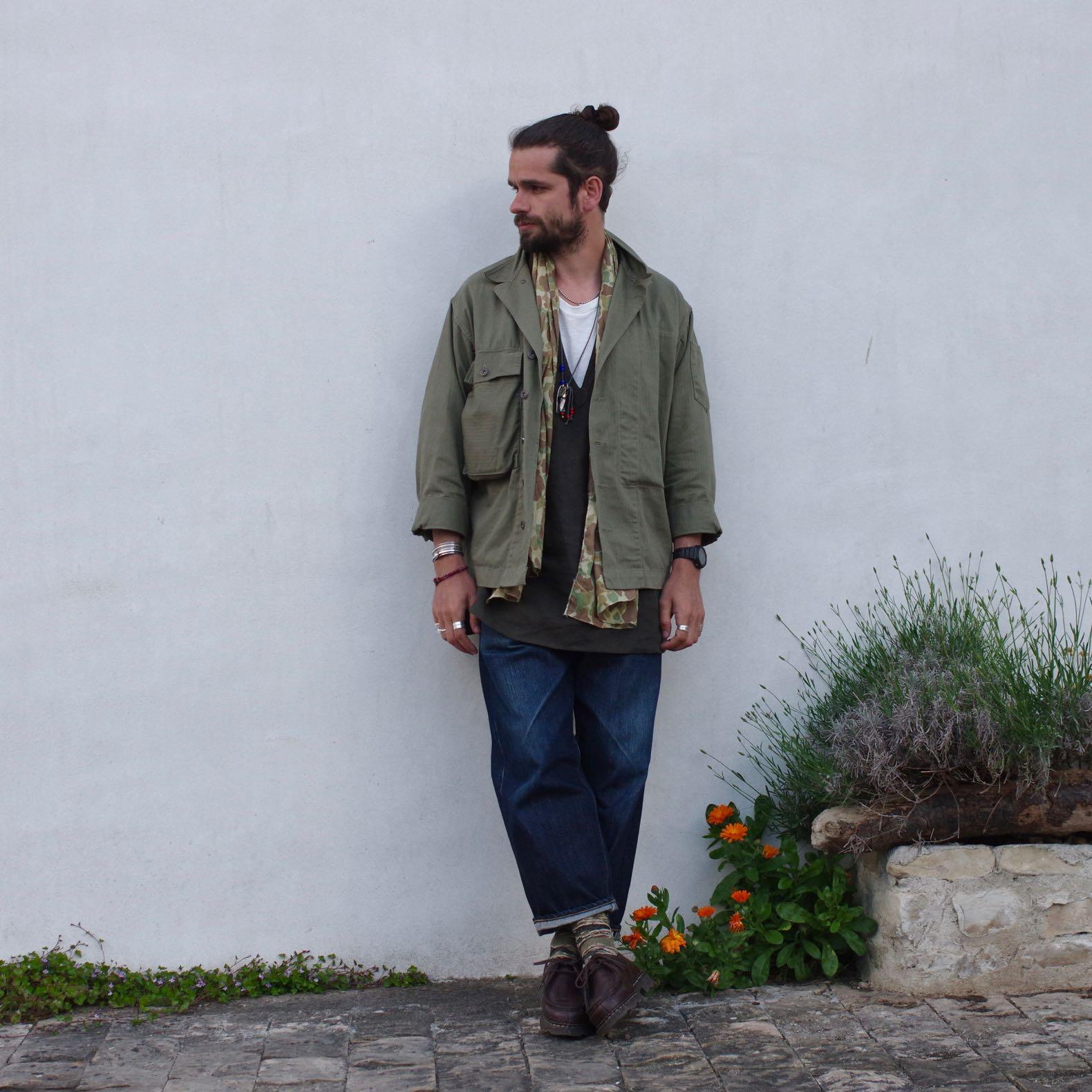une tenue inspirée de vêtements vintage, une chemise militaire en hbt et une blouse tunisienne en lin de bonne facture