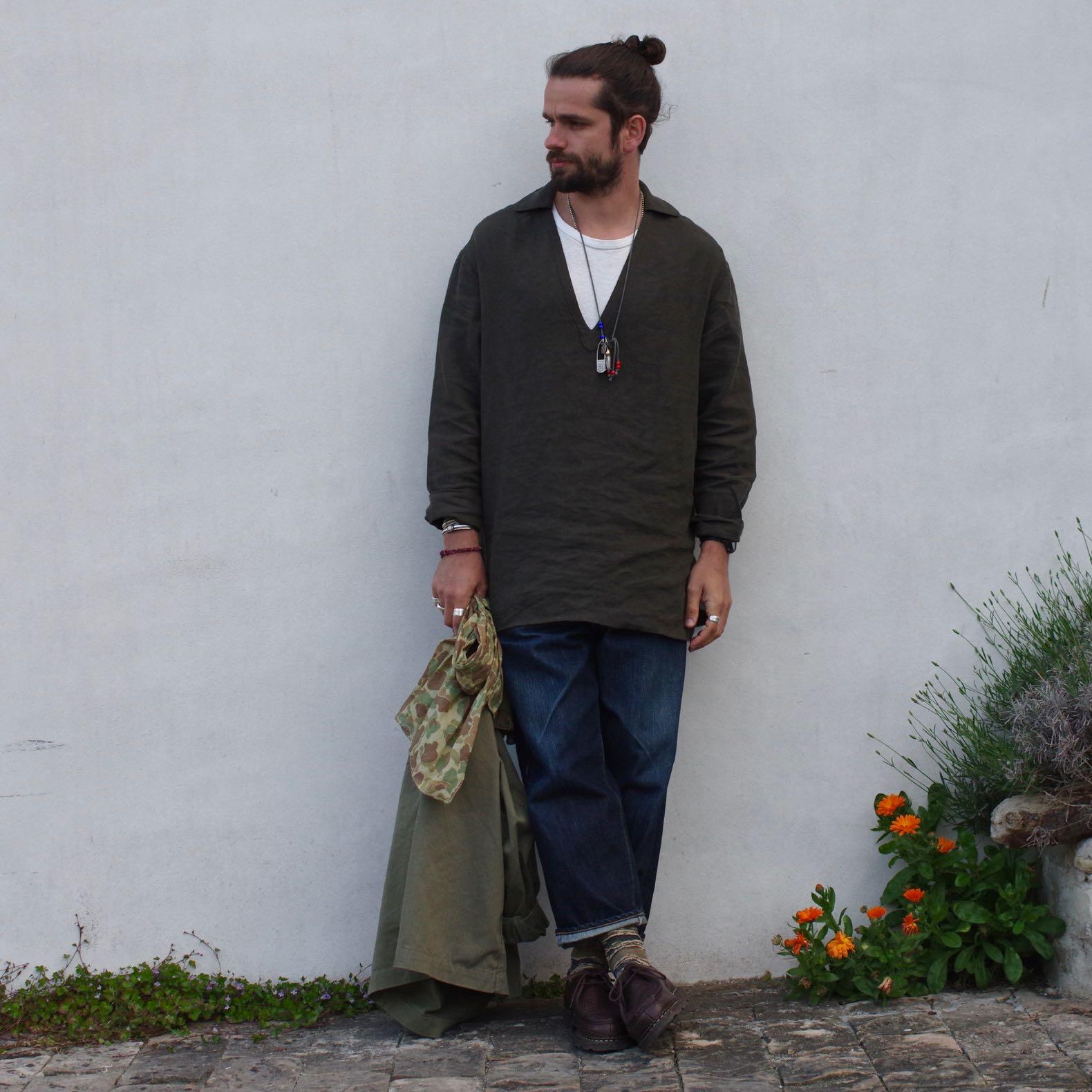 une tenue d'homme avec une blouse en lin