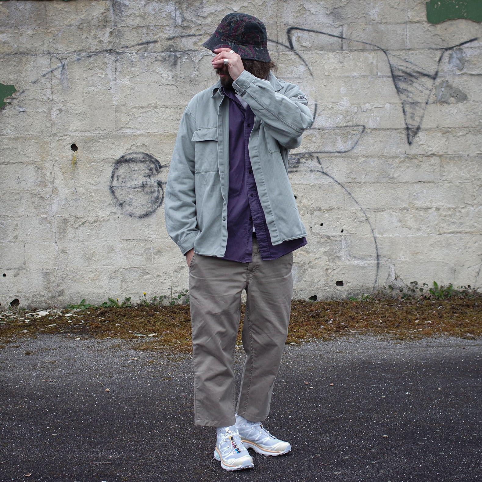 tenue avec des vêtements larges vintage et des chaussures d'outdoor Salomon XT-6