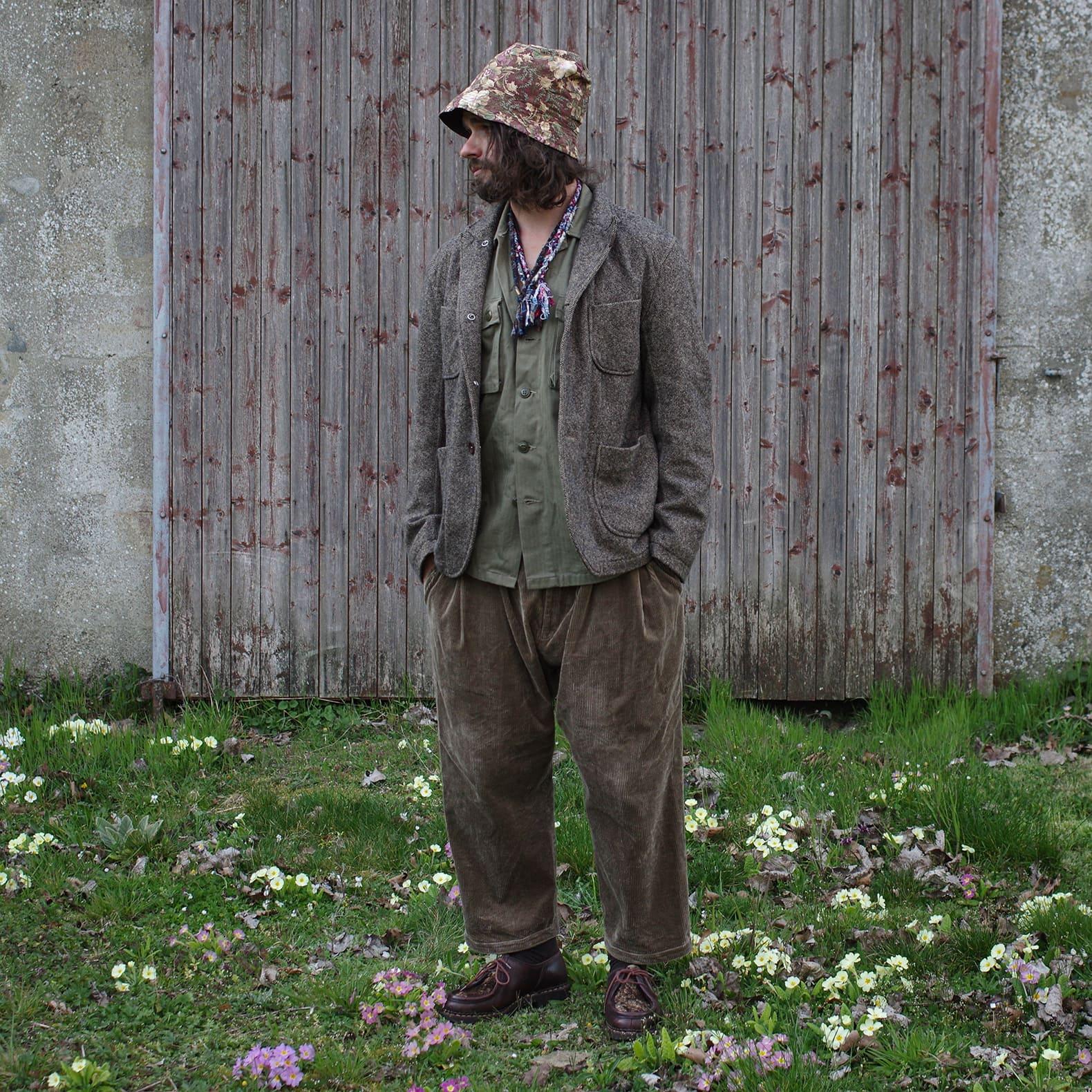 tenue avec blazer en laine et chemise militaire en hbt olive et un pantalon en velours très large, qui se temrine avec un bob fleuri et des paraboot michael