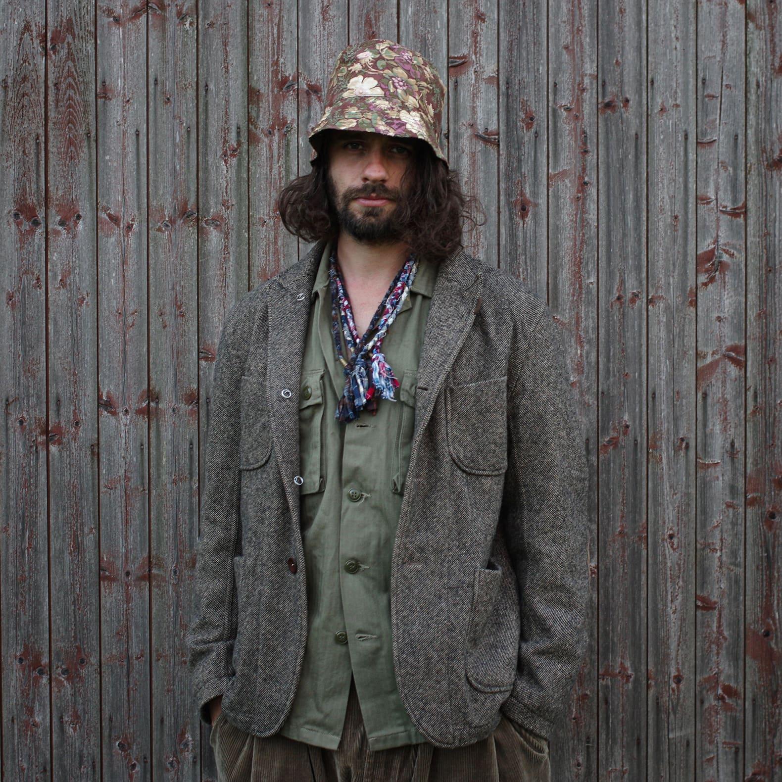 des conseils pour bien porté une chemise militaire vintage avec un bob et un blazer en tweed