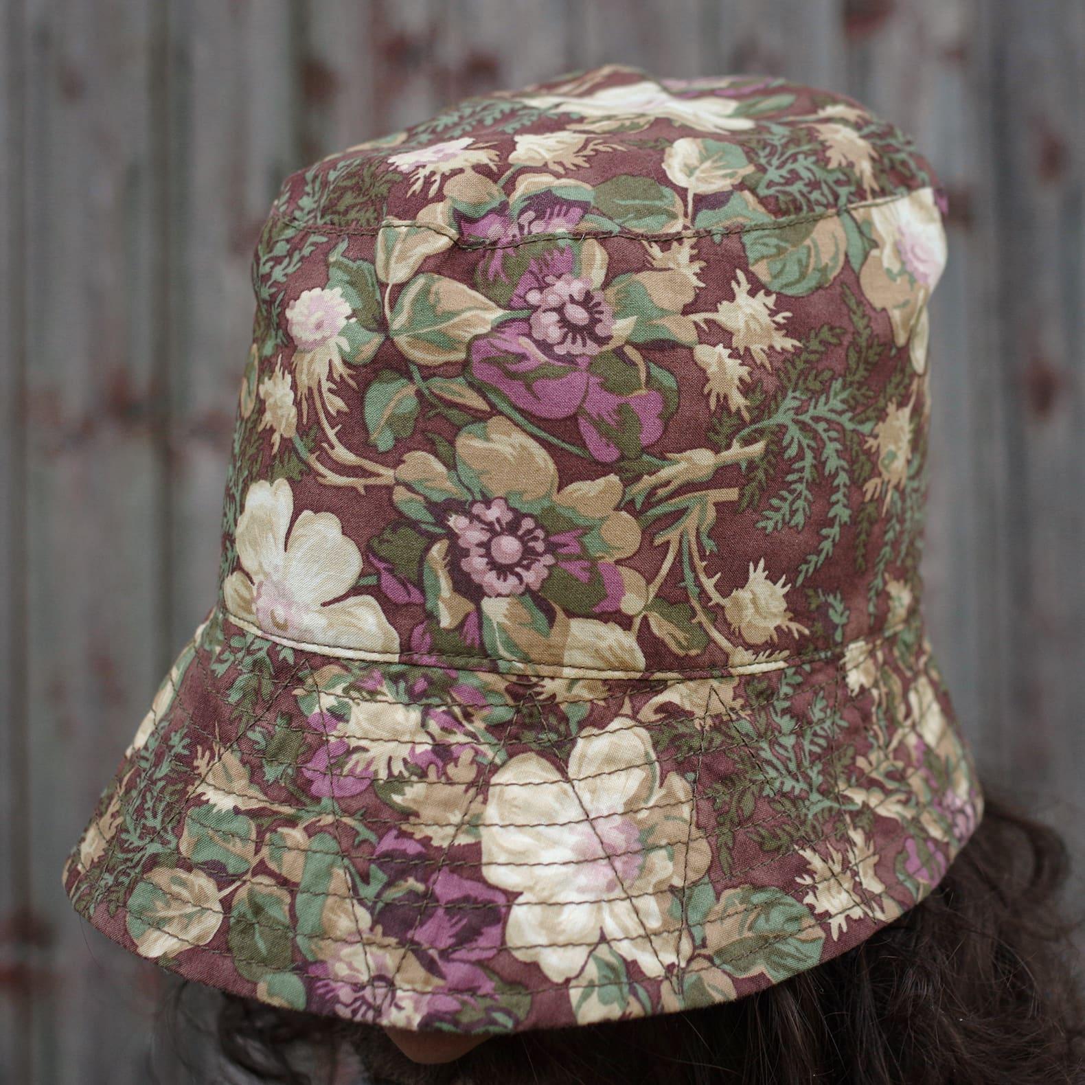 un bob à fleurs de la marque Engineered Garments
