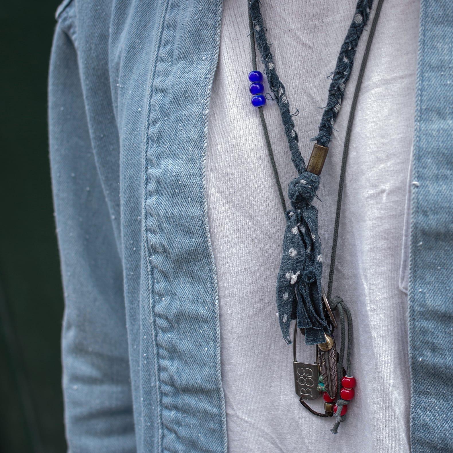 photos de collier en tissu et argent pour homme dans un stle japonais americana