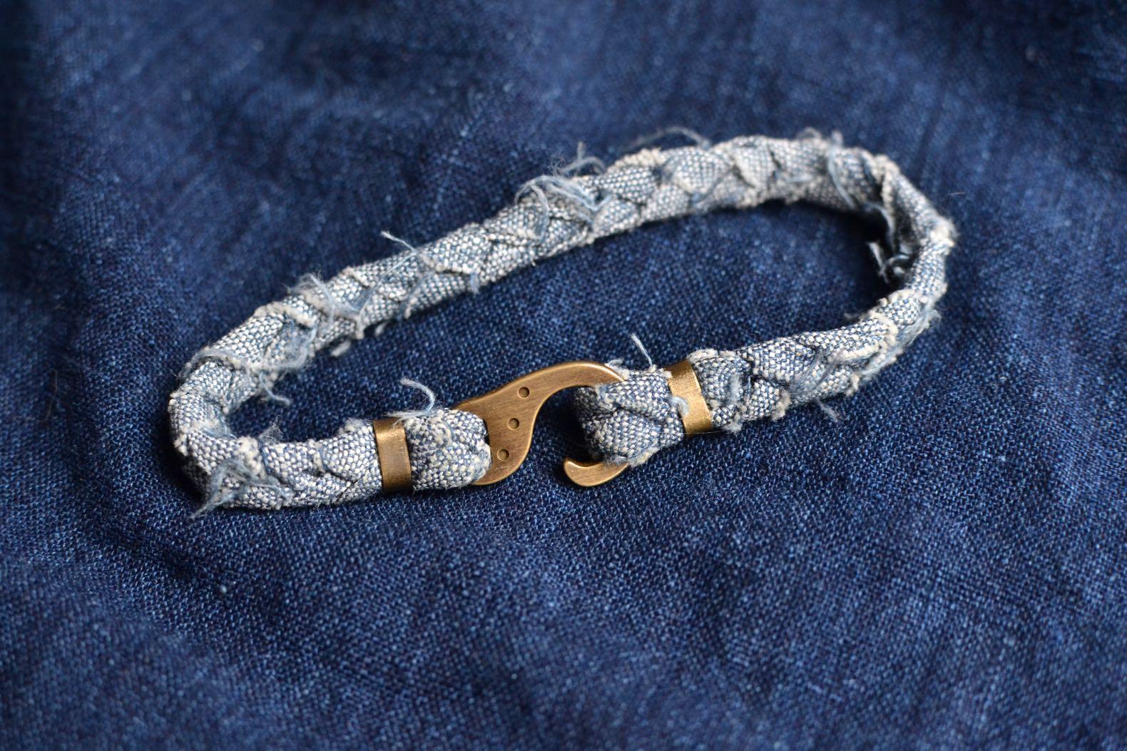 bracelet en tissu recyclé upcyclé de la marque Borali, fait à la main en france à partir d'un chambray japonais
