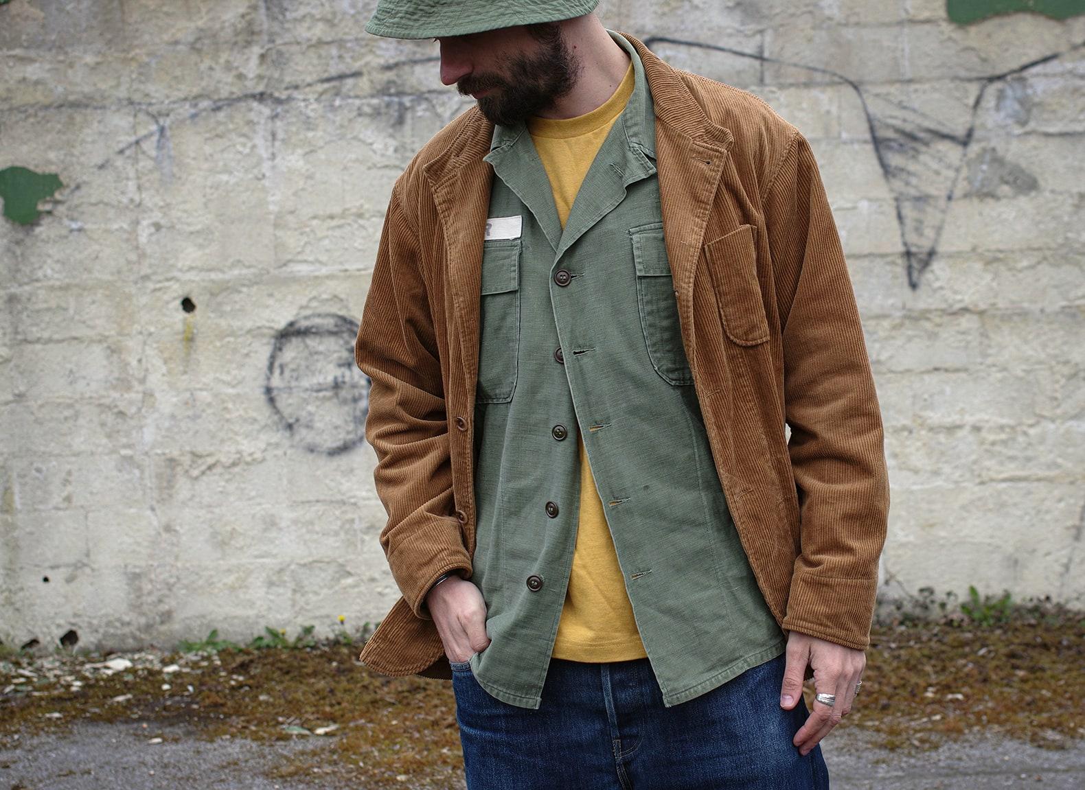 conseil d emode sur le layering avec une veste en velours marron et une chemise militaire OG 107 type 1