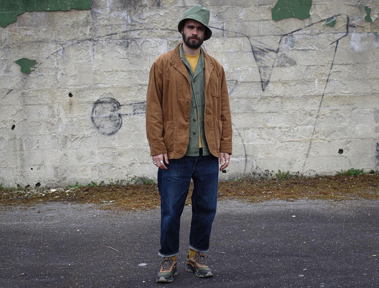 tenue stykle street heritage avec une paire de trail en goretex Merrell et un jean large avec un blazer en velours et un bob