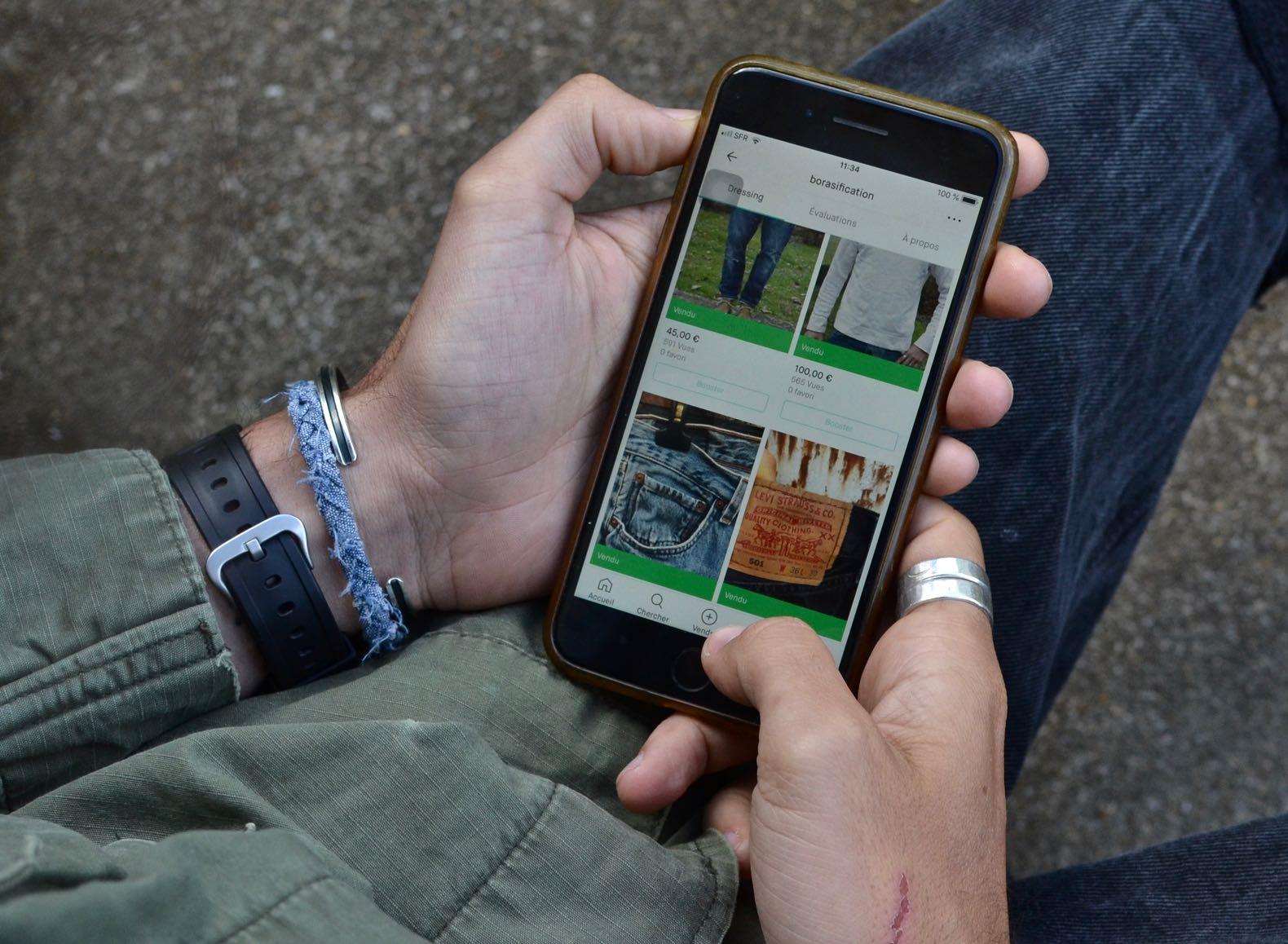 une photo d'un iphone avec vinted et une veste miitaire et un braceleten tissu Borlai