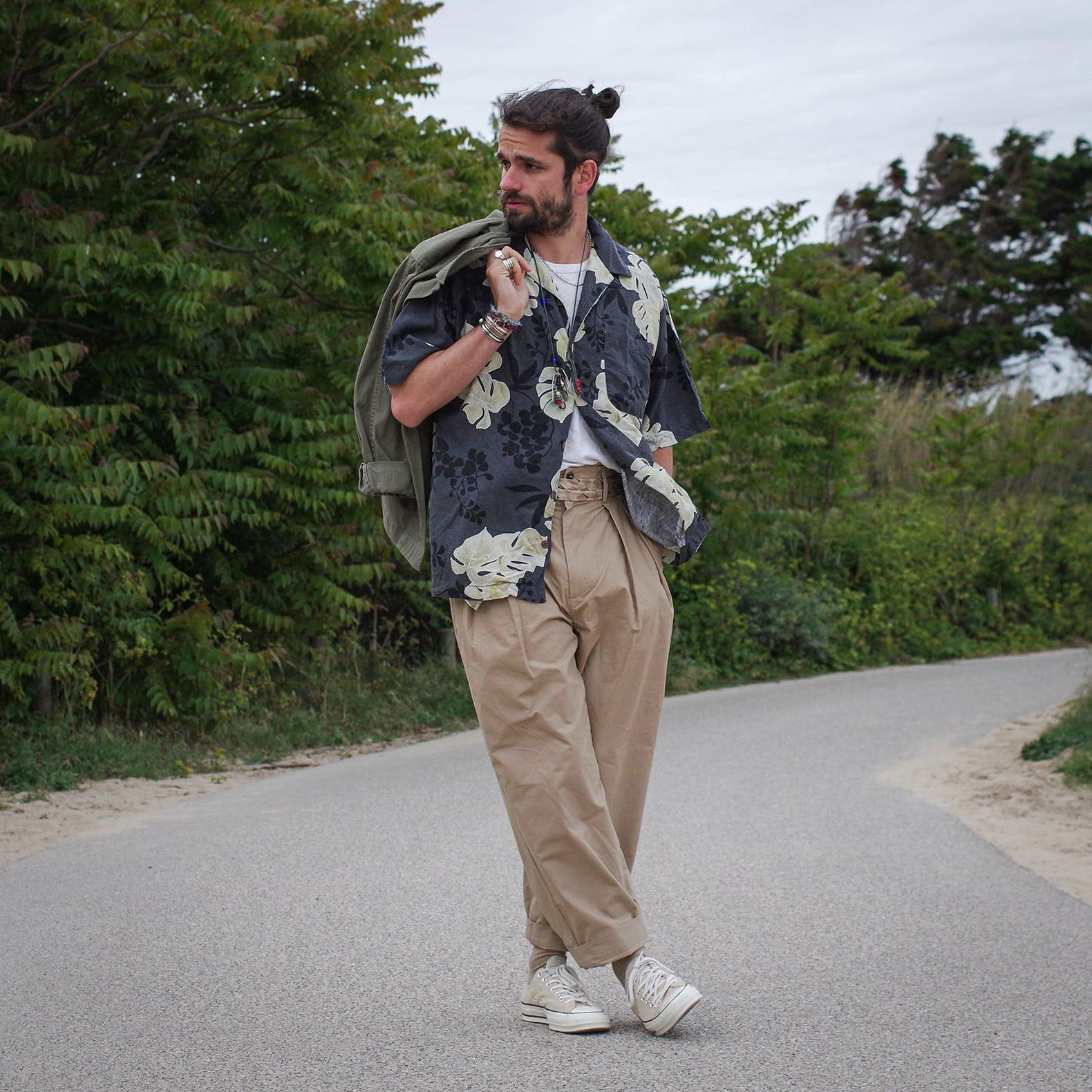 chemisette à fleurs et pantalon taille haute de bonne facture