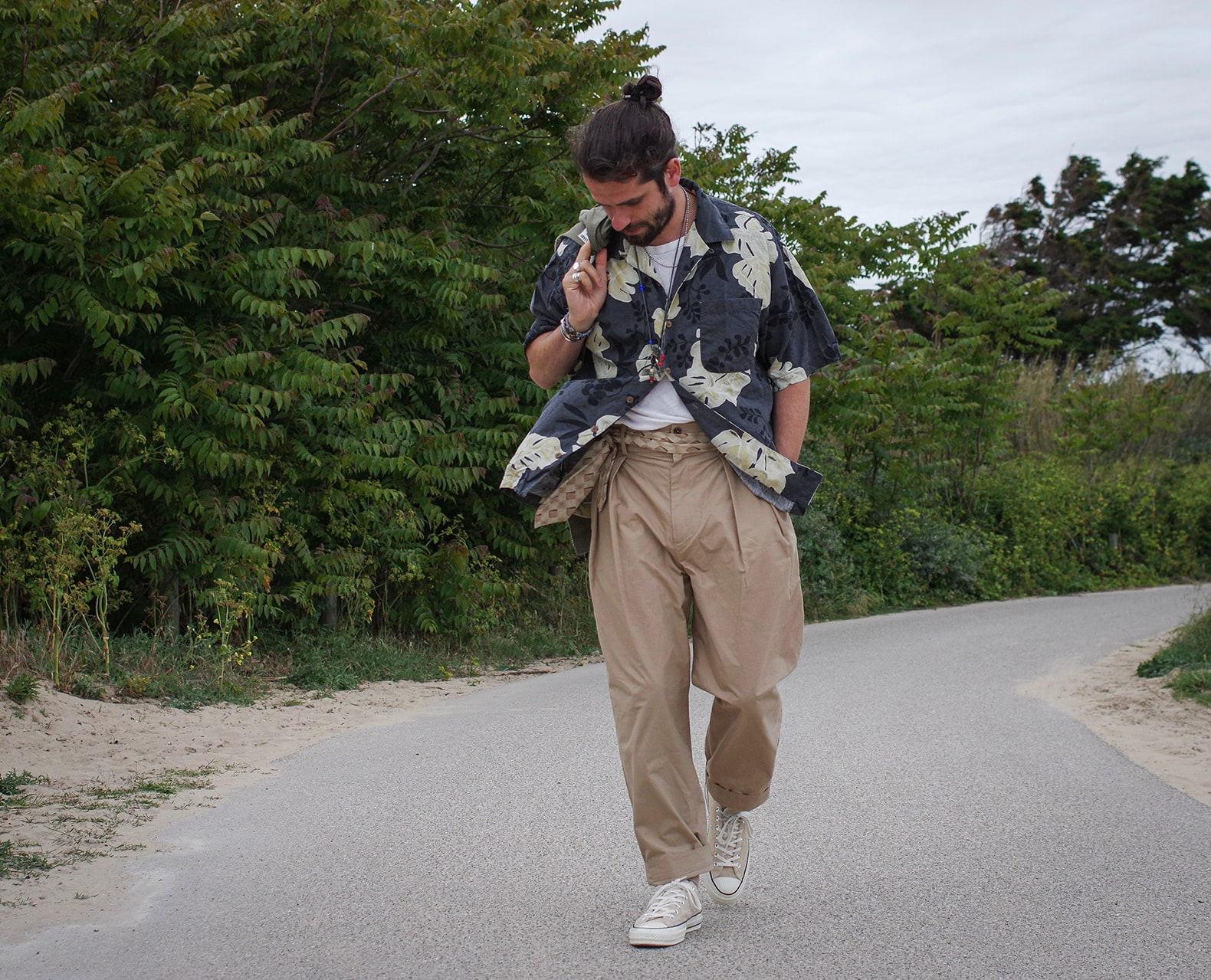 chino beige taille haute de bonne facture chemisette à fleurs tommy bahama