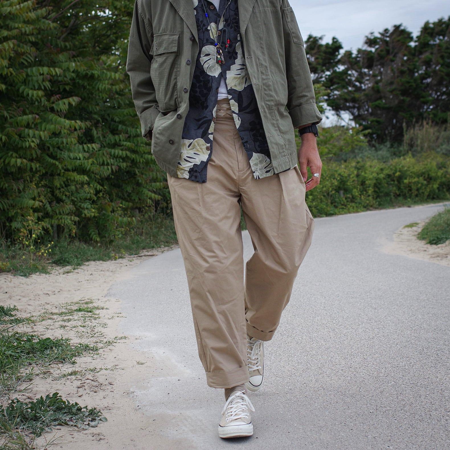 pantalon taille haute beige et converse chuck taylor 1970