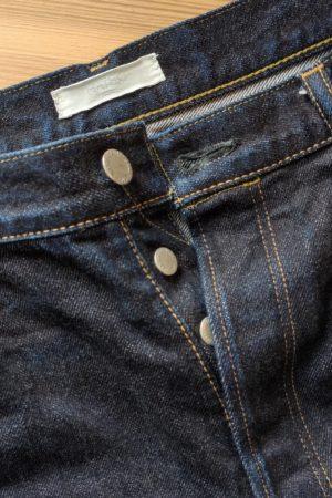 Jean brut loose tapered de la marque Hatski, détail de la boutonnière