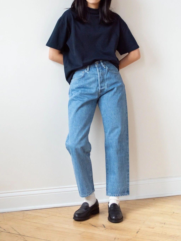 Jean ice wash de la marque Hatski porté taille haute par une femme
