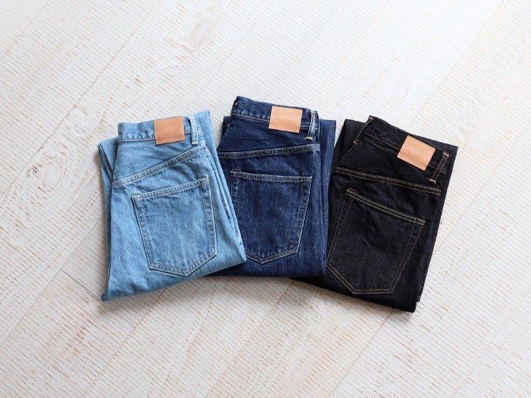 Trois jeans de la marque Hatski, représentatifs de la gamme : bleach, washed et brut