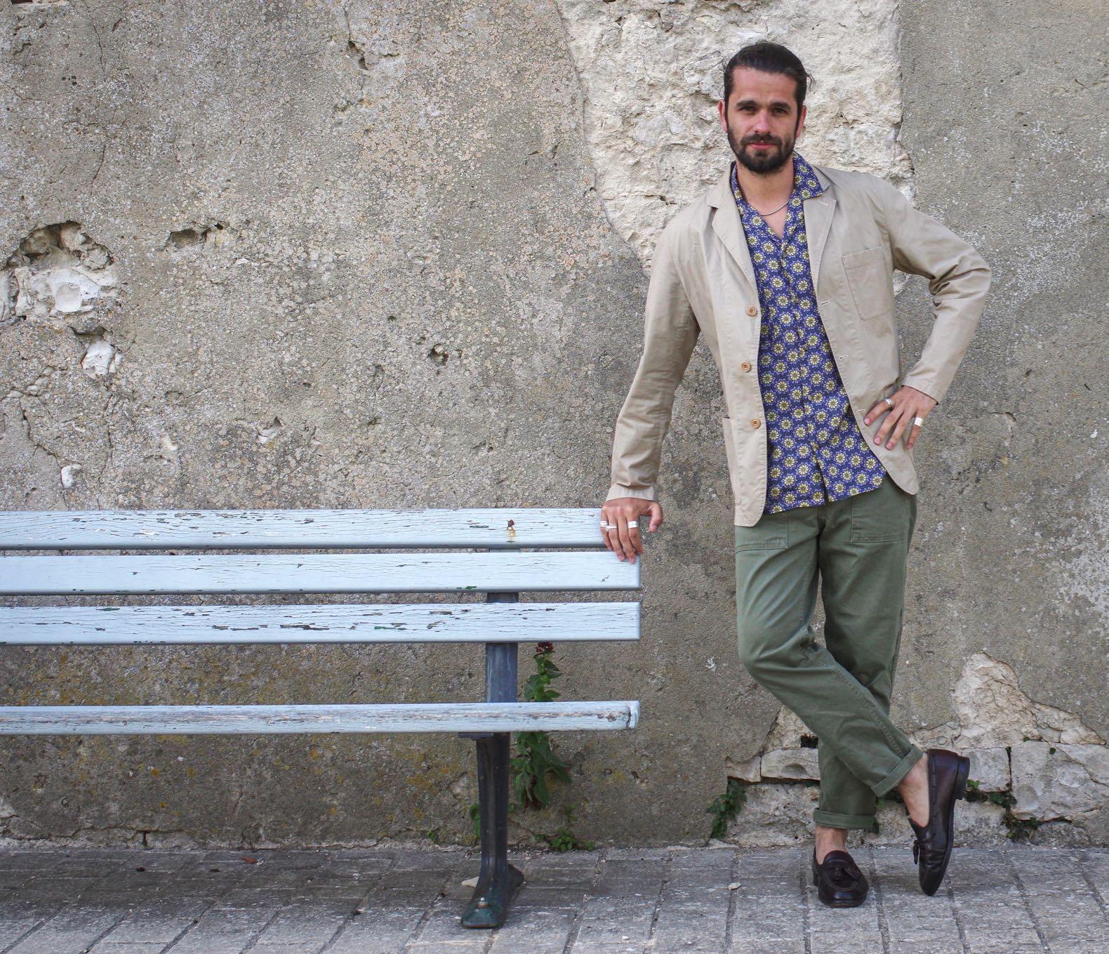 tenue homme fatigue pants mocassin alden chemisette à fleurs Histon