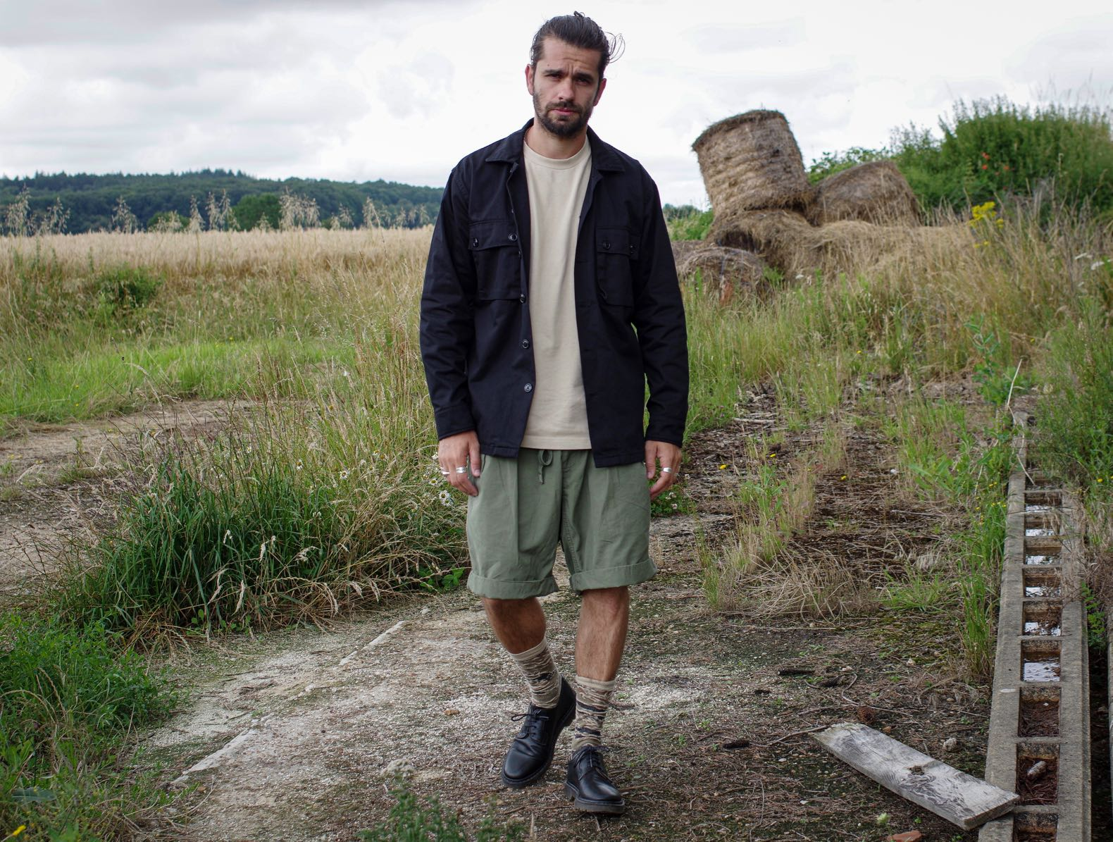 look homme chemise militaire noire short à pince kaki
