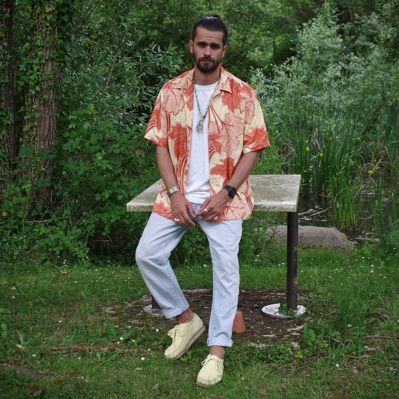 look homme jean clair et chemise à fleurs