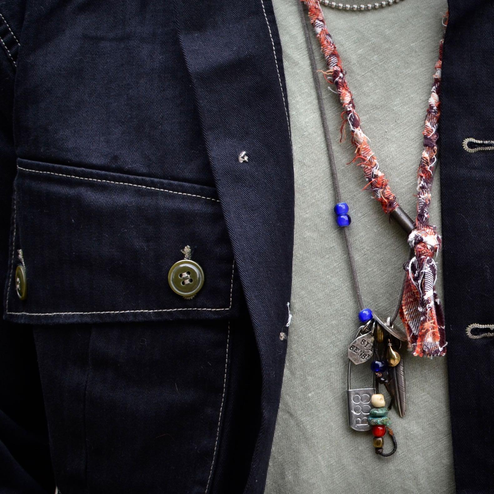 détail-matière-hbt-noir-lin-kaki-collier-argent-borali