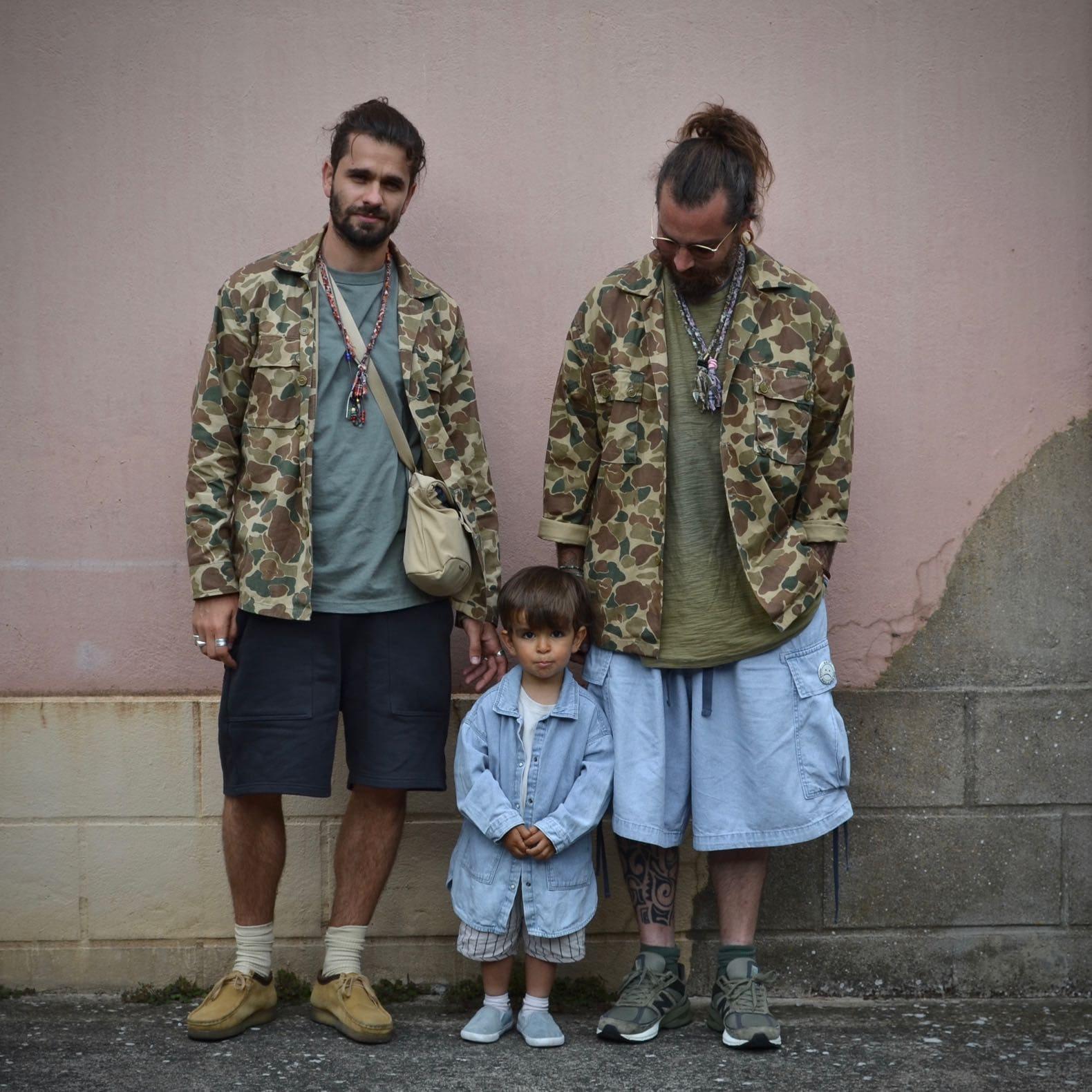 deux looks en camo et jean bleach et un enfant