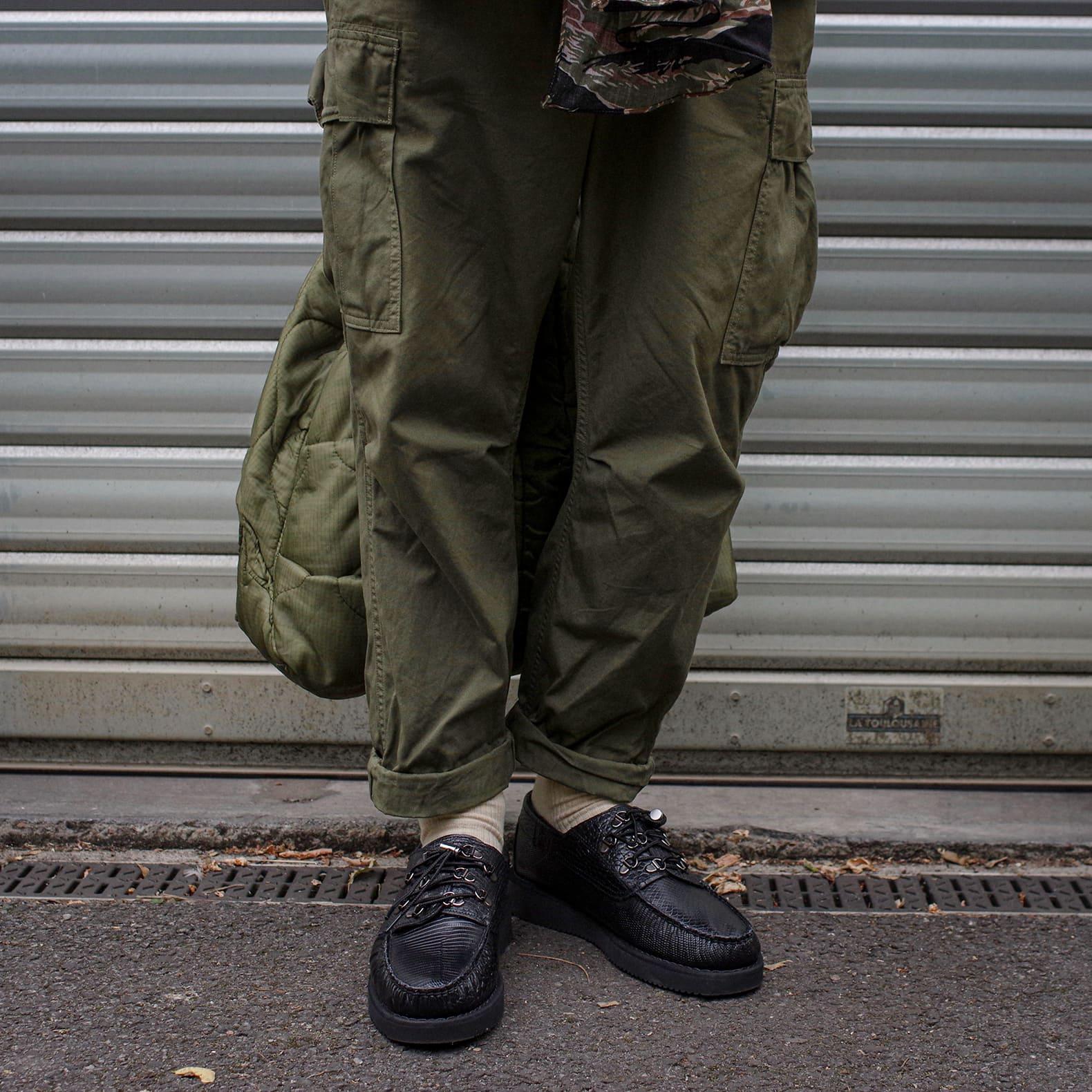 pantaon cargo avec chaussure noire