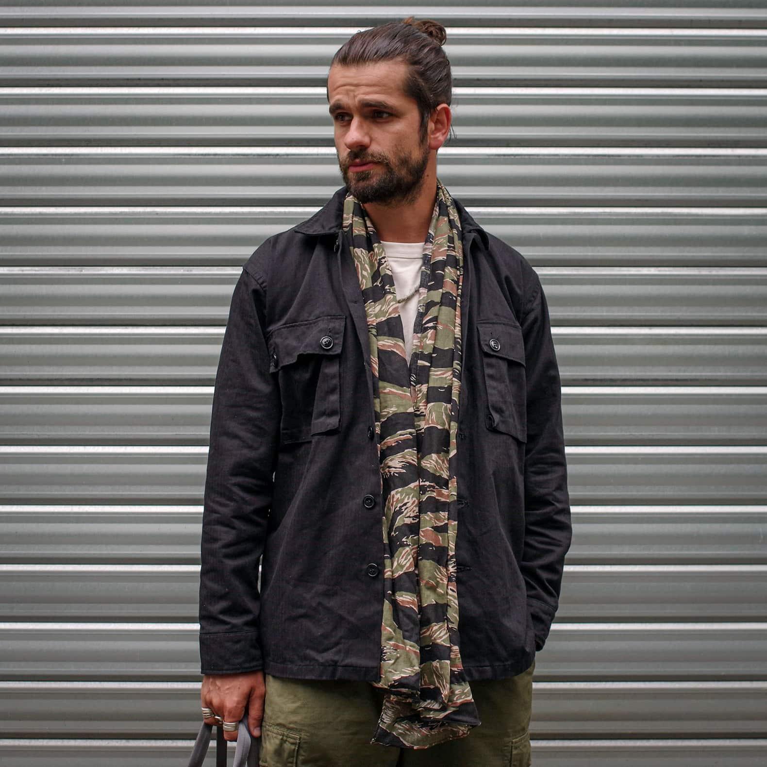 chemise militaire noire et foulard imprimé camouflage tiger stripe