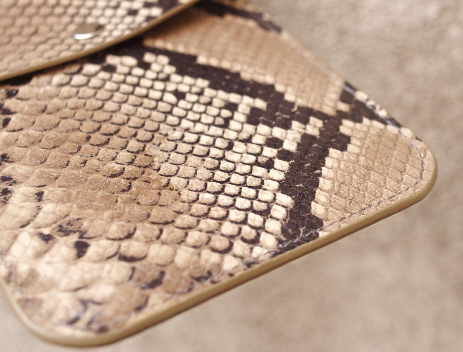 détail faux cuir exotique laperruque python