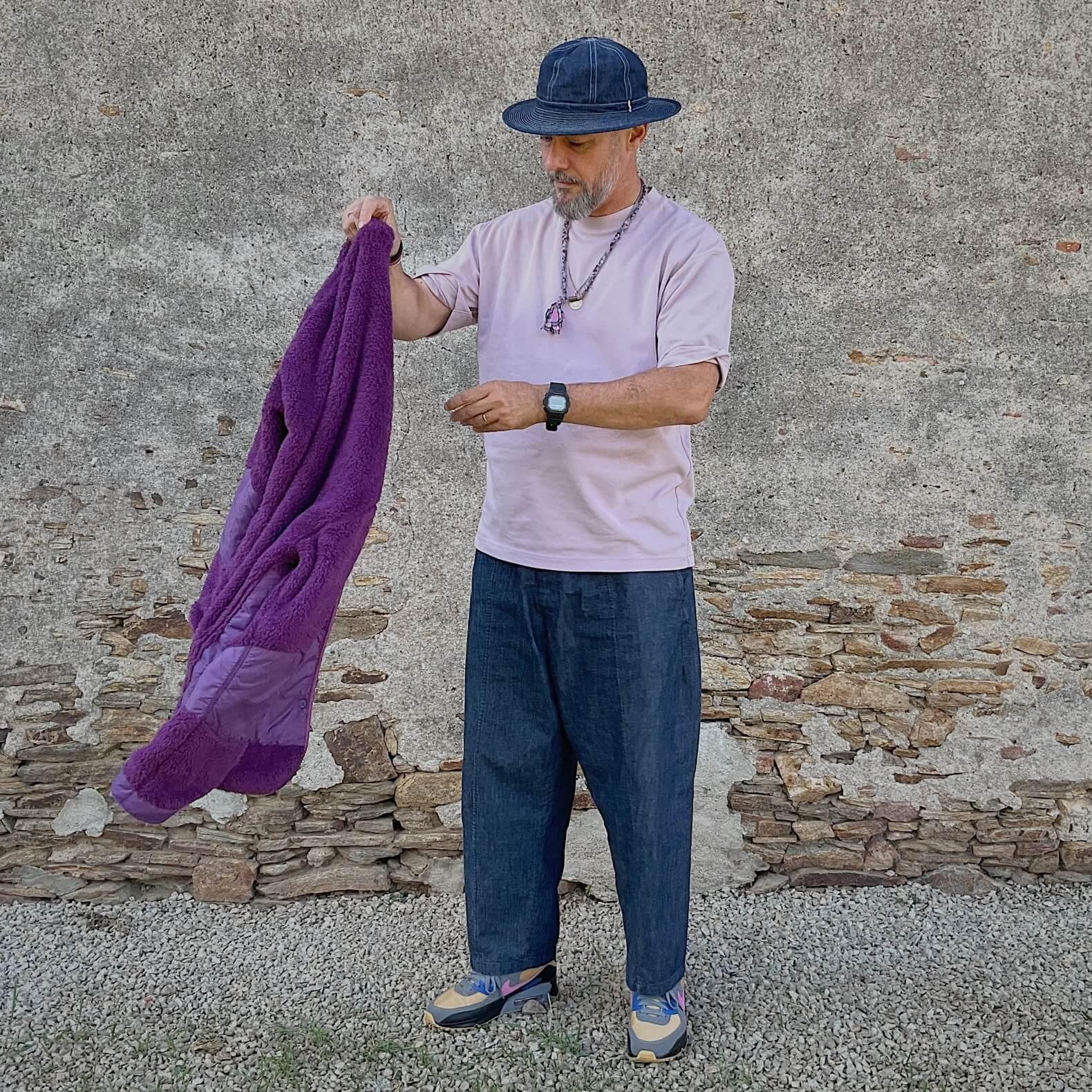 collier borali et tenue homme avec du violet