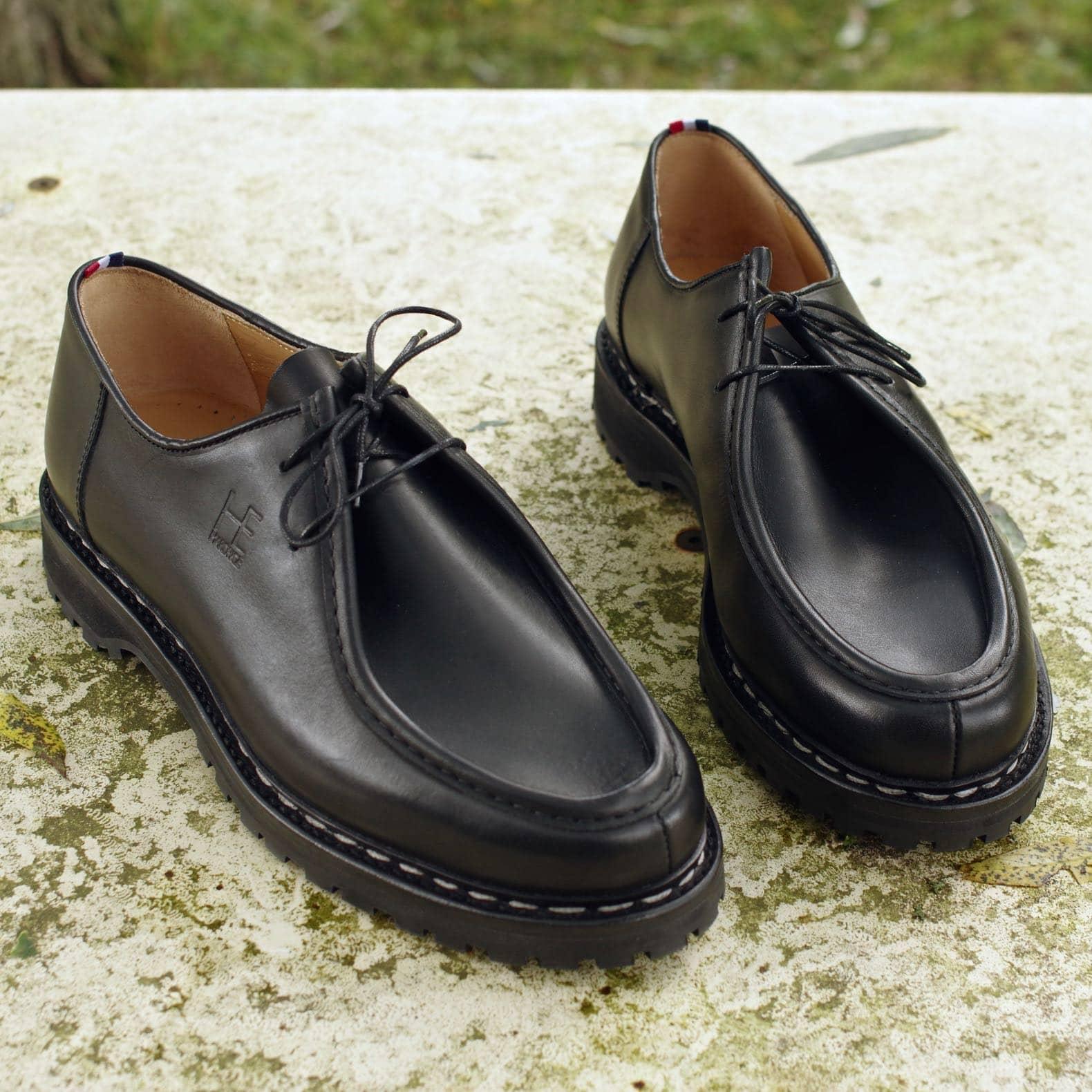 chaussure noire semelle crampon
