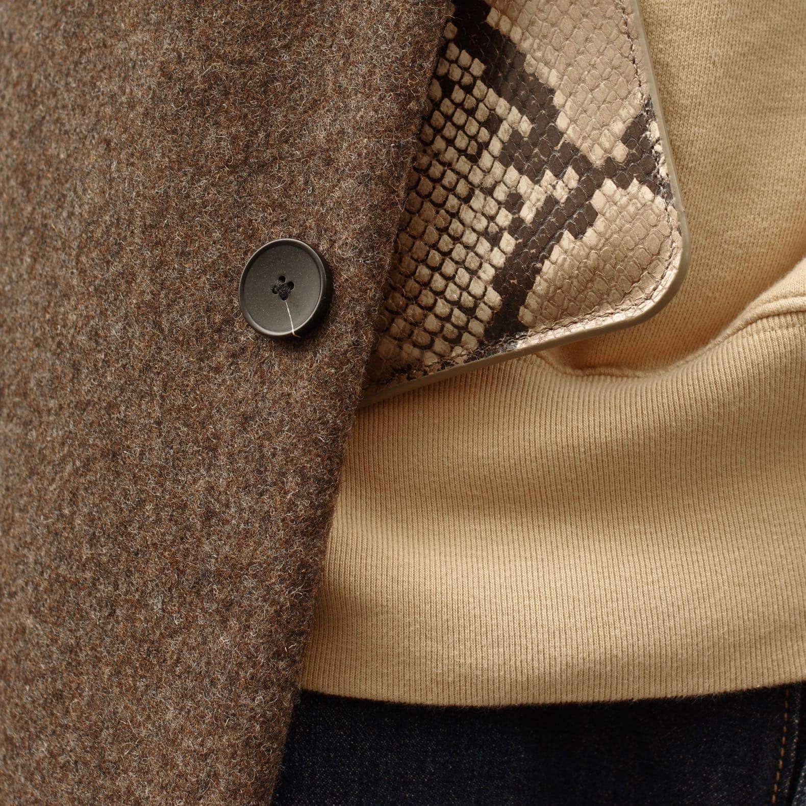 détail matière laine cuir exotique faux